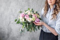 特写镜头美丽的花束在少妇手上 创造美丽的花束的卖花人在花店 女孩助理或 免版税库存图片