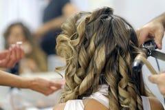 特写镜头美发师理发师做发型 免版税库存照片