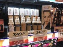 特写镜头美宝莲产品炽热出售的畅销品在C的Watsons商店 库存图片