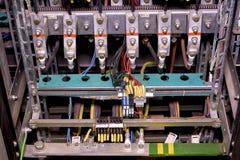 特写镜头老发行案件在植物中 在内阁大厦系统的电系统 电老面板 Electrica 库存照片