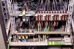 特写镜头老发行案件在植物中 在内阁大厦系统的电系统 电老面板 Electrica 免版税库存照片
