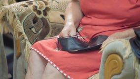 特写镜头老妇人拉紧在一家皮鞋鞋店的鞋厂工作者鞋带在鞋子车间 股票视频
