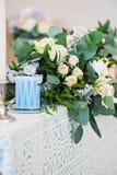 特写镜头花束花玫瑰色翠雀婚礼 库存图片