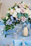 特写镜头花束花玫瑰色翠雀婚礼 库存照片