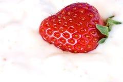 特写镜头草莓酸奶 免版税库存照片
