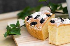 特写镜头葡萄干黄油与糖粉粉末的蛋糕顶部 免版税库存图片