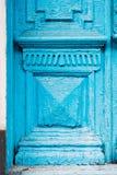 特写镜头蓝色的元素许多次绘了上个世纪的破裂的双管的木葡萄酒门与a的 免版税库存图片