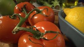 特写镜头蕃茄、柠檬在板材和硬花甘蓝,橄榄油在背景中 健康食品,有机自创产品 股票视频