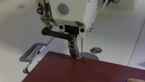 特写镜头衣物,老缝纫机,葡萄酒样式缝纫机和项目  影视素材
