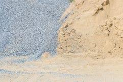 特写镜头表面堆沙子和石头建筑工作的与地面构造了背景 库存照片
