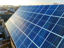 特写镜头表面点燃由在大厦屋顶的太阳蓝色发光的太阳照片流电盘区系统 可更新的生态绿色能量 免版税库存图片