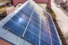 特写镜头表面点燃由在大厦屋顶的太阳蓝色发光的太阳照片流电盘区系统 可更新的生态绿色能量 图库摄影
