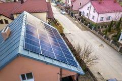 特写镜头表面点燃由在大厦屋顶的太阳蓝色发光的太阳照片流电盘区系统 可更新的生态绿色能量 库存照片