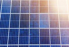 特写镜头表面点燃由太阳蓝色发光的太阳照片流电盘区 系统导致可更新的清洁能源 可更新 图库摄影
