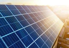 特写镜头表面点燃由太阳蓝色发光的太阳照片流电盘区 系统导致可更新的清洁能源 可更新 免版税库存图片