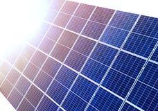 特写镜头表面点燃由太阳蓝色发光的太阳照片流电盘区 系统导致可更新的清洁能源 可更新 库存照片