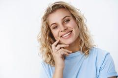 特写镜头被射击有蓝眼睛的恳切的愉快和吸引人可爱的欧洲金发碧眼的女人在T恤杉微笑无忧无虑和 免版税库存照片
