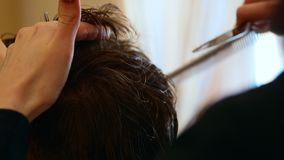 特写镜头被射击梳与发刷客户的美发师的手 股票视频