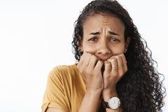 特写镜头被射击被变得极度兴奋的生气哭泣的非裔美国人的妇女被惊吓和害怕的打颤从恐惧咬住 库存图片