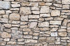 特写镜头被构造的背景是一个不规则的自然石墙由不同的石头做成没有水泥型的接合 库存照片