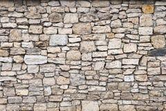 特写镜头被构造的背景是一个不规则的自然石墙由不同的石头做成没有水泥型的接合 免版税库存图片