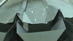 特写镜头裁减土豆沿金属天沟快速地落到箱子 影视素材
