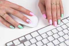 特写镜头观点的女商人递键入在办公室桌上的无线键盘 软的闪电 免版税图库摄影