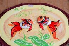 特写镜头视图两条鱼 在石头的绘画 手工制造的图片 免版税库存图片
