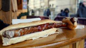 特写镜头视图德国香肠小香肠在圣诞节市场上 图库摄影