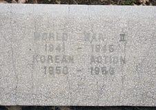 特写镜头视图战争纪念碑致力所有战争的死者在退伍军人纪念庭院,达拉斯,得克萨斯的 库存图片