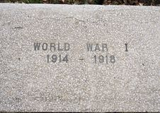 特写镜头视图战争纪念碑致力所有战争的死者在退伍军人纪念庭院,达拉斯,得克萨斯的 免版税库存图片