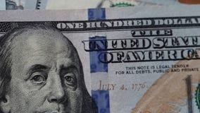 特写镜头视图说谎在桌上的一百元钞票 影视素材
