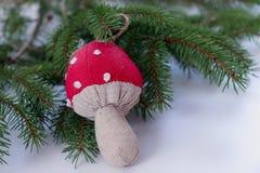 特写镜头视图雪松在白色背景的分支和圣诞节装饰蘑菇 抽象空白背景圣诞节黑暗的装饰设计模式红色的星形 选择聚焦 pl 免版税库存照片