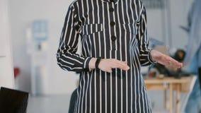 特写镜头视图,穿正式办公室礼服的妇女讲话在现代轻的办公室,现代轻的coworking的背景 股票视频