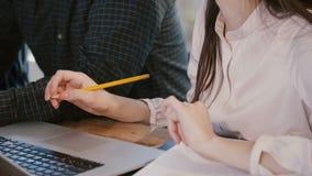 特写镜头视图,认为专业的商人的手在与膝上型计算机的办公室桌上,合作在职员会议 股票视频