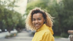 特写镜头走在街道,转动和看照相机佩带的非裔美国人的妇女慢动作porstrait 影视素材