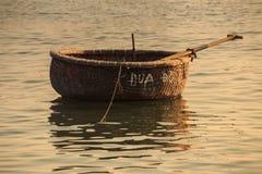 特写镜头越南圆的篮子渔船在海 库存图片