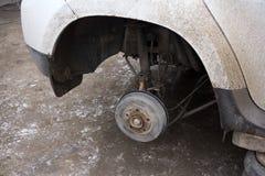 特写镜头车的盘式制动器修理的 射击轮子,为疏松胡说的内部螺丝的工具 免版税图库摄影