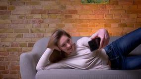 特写镜头采取在电话的年轻可爱的白种人深色的女性侧视图画象selfies基于 股票录像