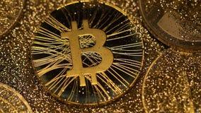 特写镜头金黄尘土从新的Bitcoin真正的模型投入了 影视素材