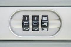 特写镜头锁的编码号与004密码的老手提箱背景 免版税库存照片