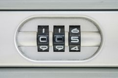 特写镜头锁的编码号与005密码的老手提箱背景 免版税库存图片