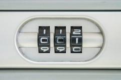 特写镜头锁的编码号与001密码的老手提箱背景 免版税库存图片