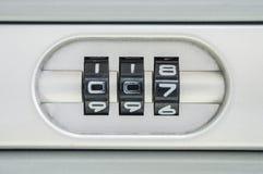 特写镜头锁的编码号与007密码的老手提箱背景 图库摄影