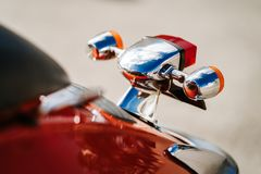 特写镜头镀铬物细节和尾灯和橙色减速火箭的葡萄酒滑行车转弯信号  免版税图库摄影