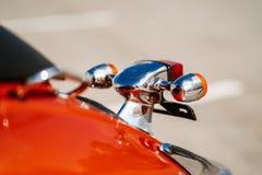 特写镜头镀铬物细节和尾灯和橙色减速火箭的葡萄酒滑行车转弯信号  免版税库存照片