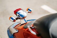特写镜头镀铬物细节和尾灯和橙色减速火箭的葡萄酒滑行车转弯信号  库存图片