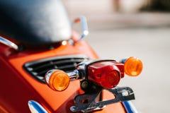 特写镜头镀铬物细节和尾灯和橙色减速火箭的葡萄酒滑行车转弯信号  免版税库存图片