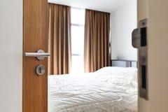 特写镜头门早晨打开了,输入供有明亮的阳光的室住宿从窗口 免版税库存照片