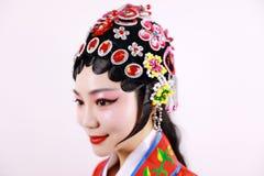 特写镜头隔绝了有传统headwear服装的白色背景京剧中国女性女演员妇女构成梳子头发 免版税图库摄影